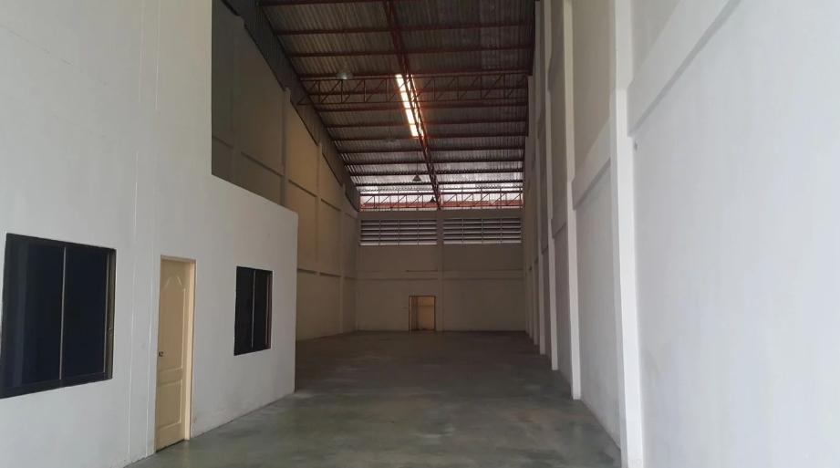KO027 ให้เช่าโกดังโรงงาน พื้นที่ รวม 640 ตรม พร้อมสำนักงาน 2 ชั้น ซอยยิ่งเจริญ 3 บางพลี สมุทรปราการ โกดังโรงงาน พื้นที่ใช้สอยรวม 640 ตรม. โครงสร้างแข็งแรง รับน้ำหนักได้ 3 ตัน พื้นที่โรงงาน : 440 ตรม. ห้องน้ำ 2 ห้อง พื้นที่ด้านหน้าโรงงาน : 110 ตรม. สำนักงานชั้น 2 : 50 ตรม. ห้องน้ำ 1 ห้อง สำนักงานชั้น 1 : 2 ห้อง ค่าเช่า  สัญญาเช่า 3ปี มัดจำ 3 เดือน ล่วงหน้า 1เดือน ซอยยิ่งเจริญ ซ.2 ต.บางพลีใหญ่ อ.บางพลี จ.สมุทรปราการ  สนใจติดต่อ คุณนัน 062- 8923978 , 062 5644919             Line: Khunnan56 บริการรับฝากขาย คอนโด บ้าน ที่ดิน อสังหาริมทรัพย์ทุกชนิด