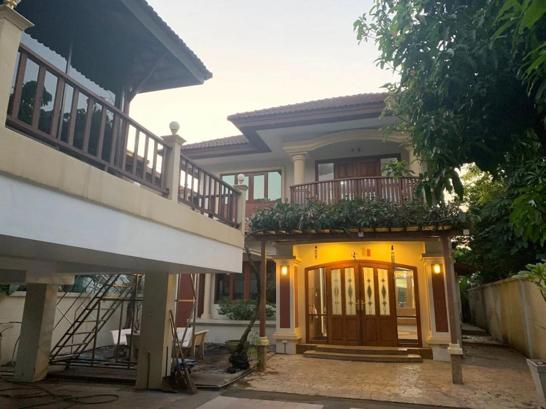 ภาพCode16953 House/Home office for RENT BTS Ekkamai ให้เช่าบ้านเดี่ยว 2 ชั้นหลังใหญ่ ใจกลางเมือง ย่านเอกมัย ขนาดเนื้อที่ 103 ตารางวาใกล้ BTS เอกมัย เขต วัฒนา จอดรถได้ 3 คัน