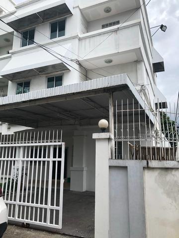 ให้เช่าทาวน์โฮม 3 ชั้น  เนื้อที่ 50 ตารางวา 4 ห้องนอน 3 ห้องน้ำ  ใกล้สถานีรถไฟฟ้า MRT ห้วยขวาง ถนนประชาราษฏ์บำเพ็ญ