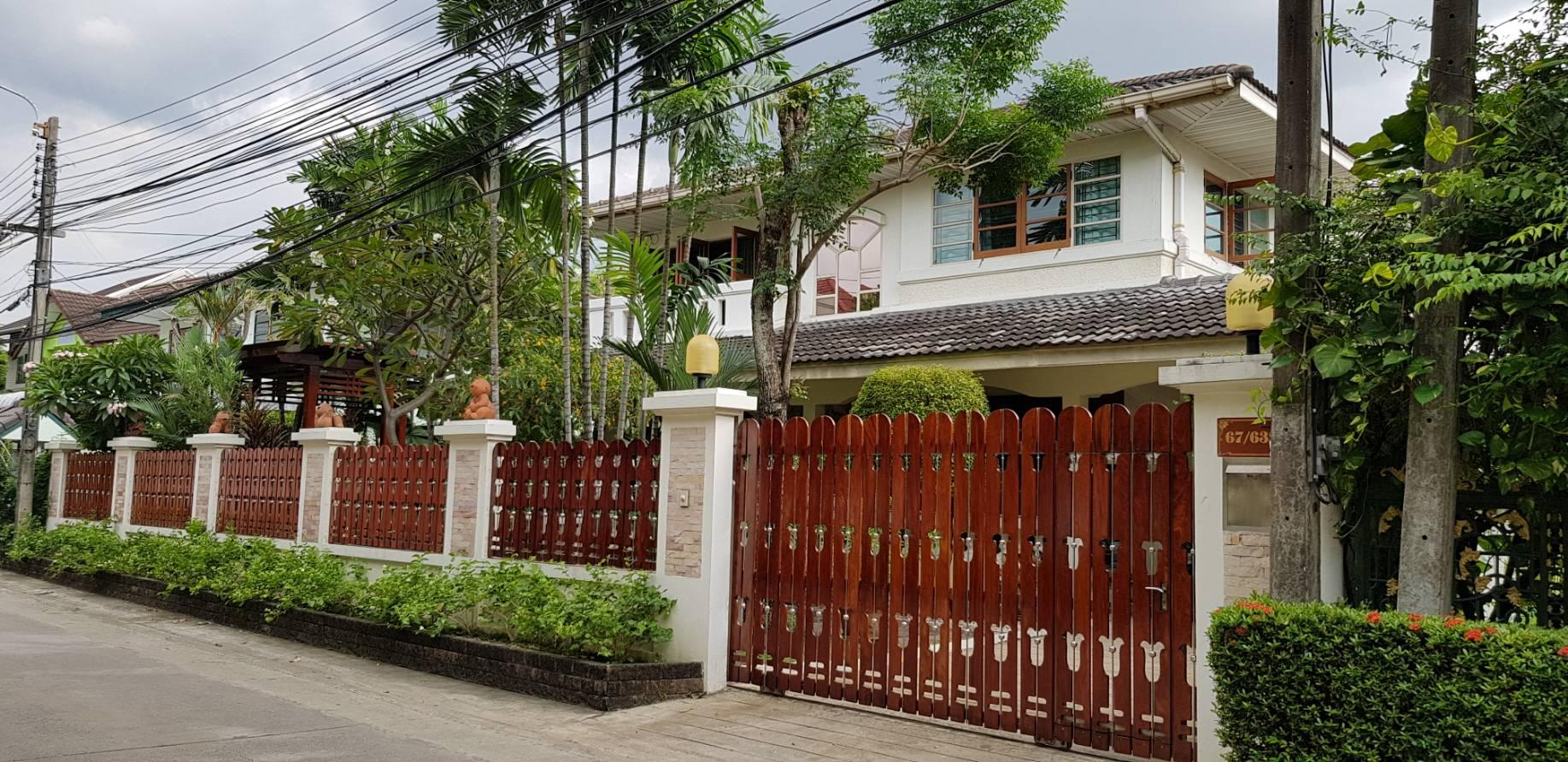 ภาพบ้านสวยพร้อมที่ดืนผืนใหญ่ 328 ตารางวา บนถนนแจ้งวัฒนะ-วิภาวดีรังสิต ในเขตใกล้รถไฟฟ้าสีแดง-สีชมพู ตัวบ้านสวย พร้อมอยู่