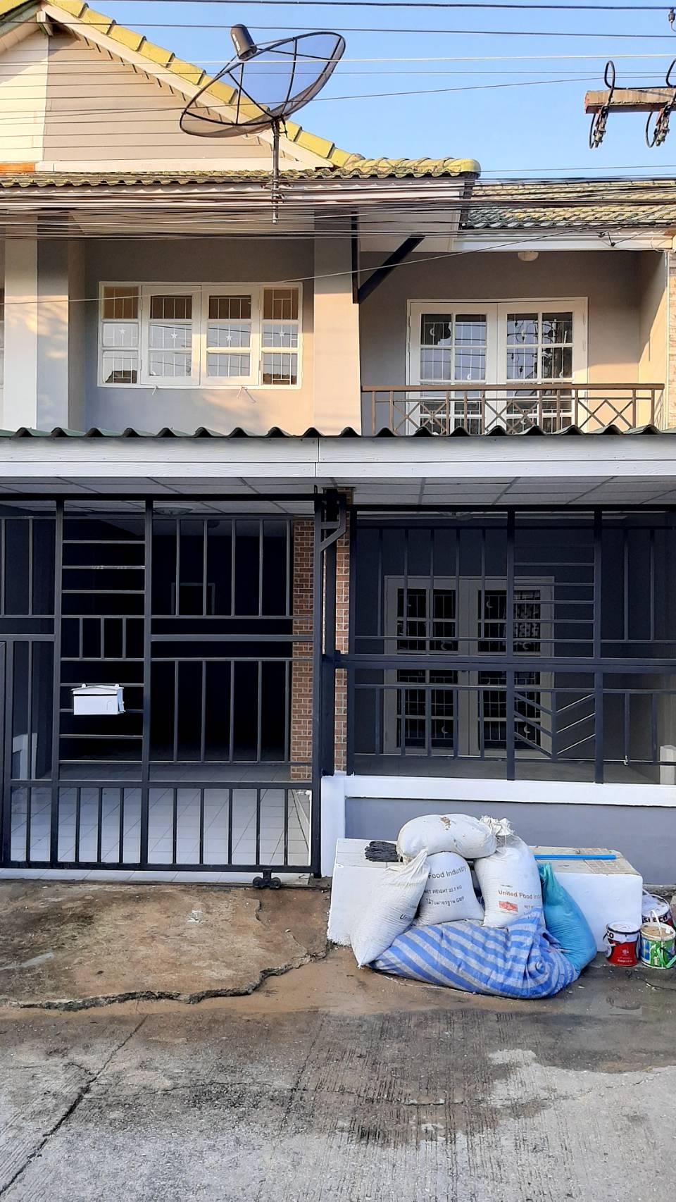 ขาย/เช่า บ้านพฤกษา บี ทาวน์เฮาส์ 2 ชั้น ขนาด 18 ตารางวา พร้อมต่อเติมที่จอดรถ มี 3 ห้องนอน 2 ห้องน้ำ
