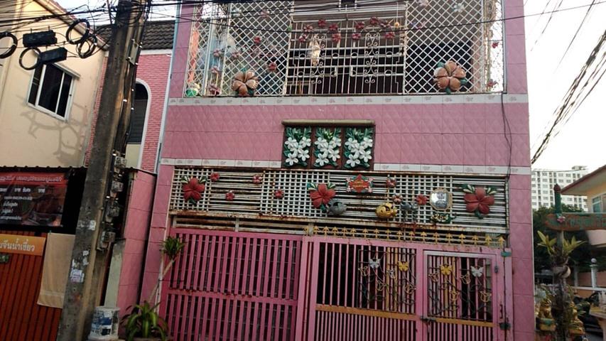 ขายบ้าน หมู่บ้านรุ่งเจริญ ขนาด 22 ตารางวา 2 ห้องนอน 3 ห้องน้ำ ในบ้านปูด้วยไม้สัก 80% ซอยลาดพร้าว47 เ