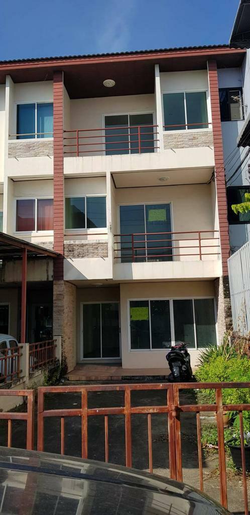 บ้านทาวน์โฮม 3 ชั้น หมู่บ้านรอยัลโฮม พัฒนาการ 31/1 ใกล้แอร์พอร์ตลิ้งค์ คลองตัน บ้านไม่เคยอยู่