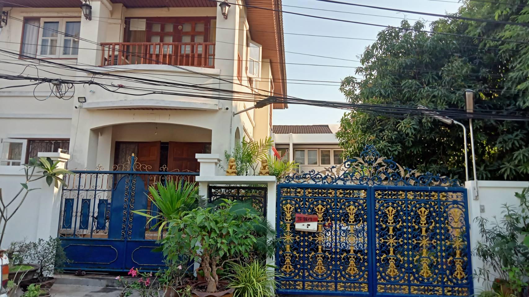 ขายบ้านเดี่ยว 2 ชั้น 2 หลังคุ้มค่า ในเนื้อที่ 100 ตรว หมู่บ้านเมืองทอง 2/2 ทำเลดีถนนพัฒนาการ 61