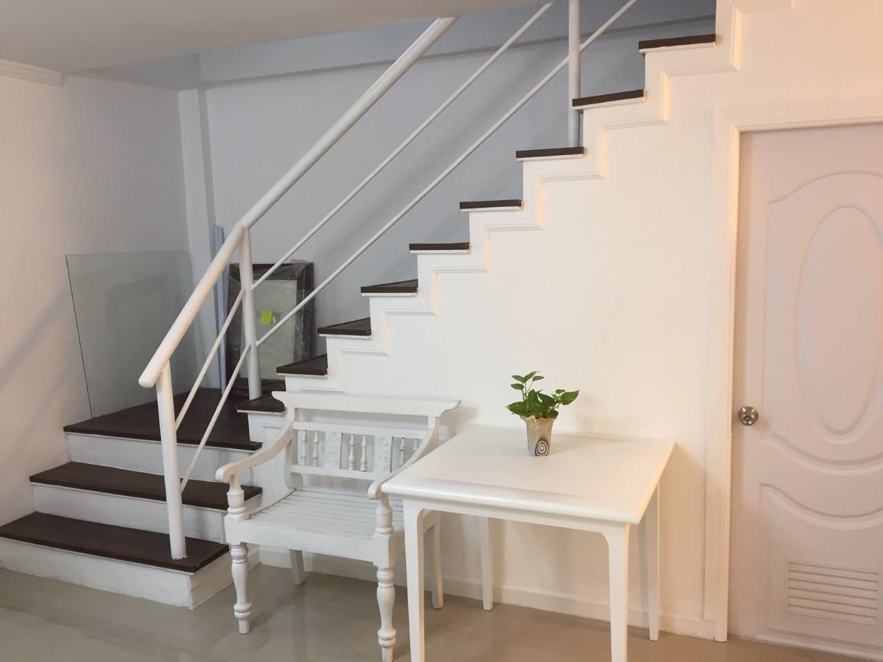 ขาย บ้านทาวน์เฮ้าส์ 2 ชั้น (รีโนเวทและตกแต่งใหม่หมดทั้งหลังพร้อมอยู่) ราคาถูก ซอยรามอินทรา 40