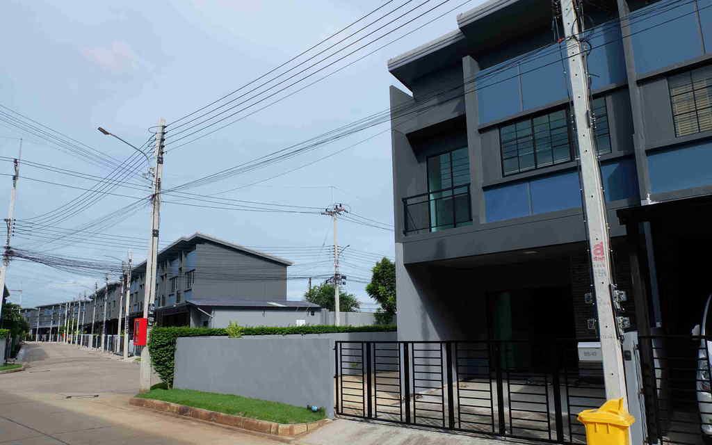 ขายบ้านสิริเพลส รังสิต บ้านใหม่หลังหัวมุม มีพื้นที่สวนข้างบ้าน ยังไม่เคยเข้่าอยู่ 43.9 ตรว.